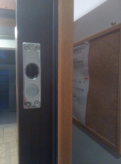 Εγκατάσταση στην πόρτα της υποδοχής του ηλεκτροπύρου.