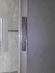 εγκατάσταση ηλεκτροπύρου σε μεταλική πόρτα εισόδου πολυκατοικίας